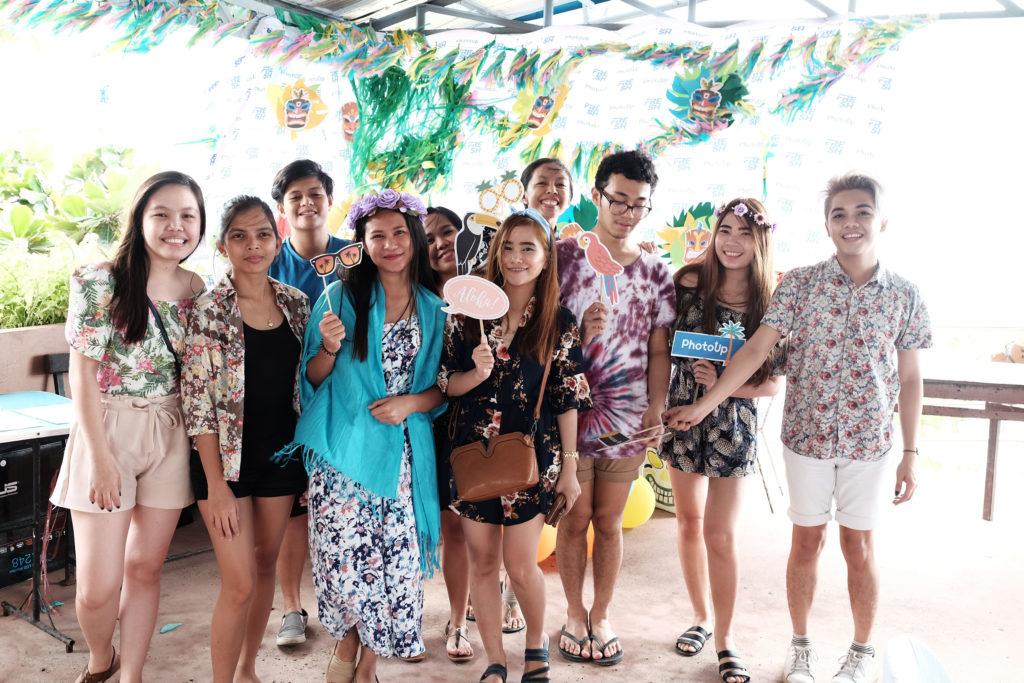 Everybody's wearing Hawaiian!